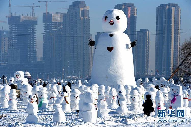 这是1月11日在哈尔滨外滩赏冰乐雪园的奇趣雪人谷园区内拍摄的雪人雕塑。当日,2018座雪人雕塑在哈尔滨外滩赏冰乐雪园的奇趣雪人谷园区内展出,吸引来自各地的游客前来观赏。2.jpg