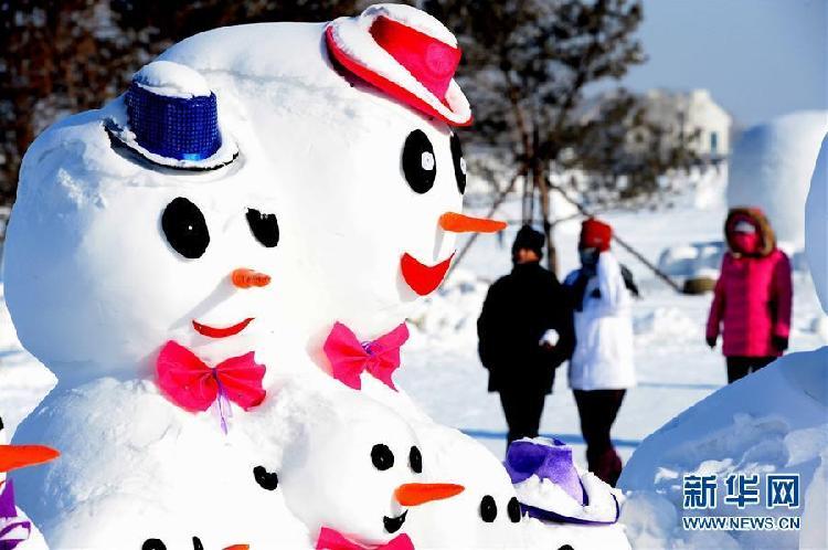 1月11日,游客在哈尔滨外滩赏冰乐雪园的奇趣雪人谷园区内观赏形态各异的雪人雕塑。当日,2018座雪人雕塑在哈尔滨外滩赏冰乐雪园的奇趣雪人谷园区内展出,吸引来自各地的游客前来观赏。5.jpg