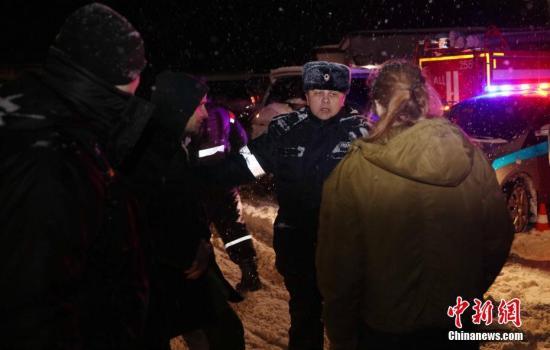 当地时间2月11日,一名警察在阻挡媒体记者通过警方为坠机地点设置的警戒线。 <a target='_blank' href='http://www.chinanews.com/'>中新社</a>记者 王修君 摄