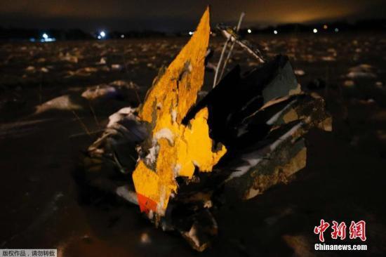 图为飞机残骸。