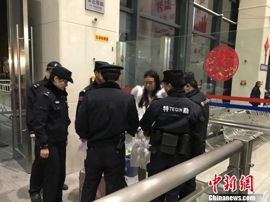 拖欠工人工资近34万元 网上女逃犯在东莞被擒。 赵雅婷 摄