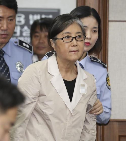 崔顺实一审获刑20年! 韩媒:将成朴槿惠案风向标
