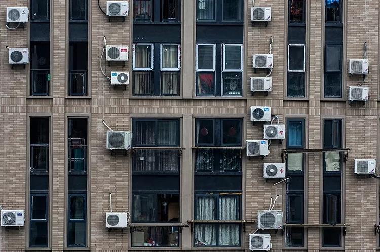 杭州一25层高楼外墙挂200台空调 网友:逼死强迫症