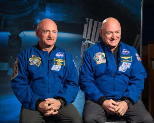 航天员斯科特·凯利(右)3年前到国际太空站驻守一年,2年前返回地球。(图片来源:NASA).jpg