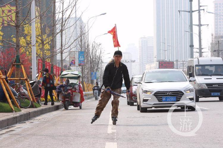 轮滑小伙李宝杨在滑行回家的路上。.jpg