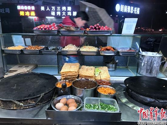 一户油篓村民的煎饼铺,各色食材码放整齐.jpg