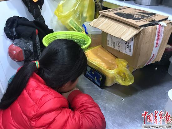 黄卫东家的女孩,正趴在店的一角看视频.jpg