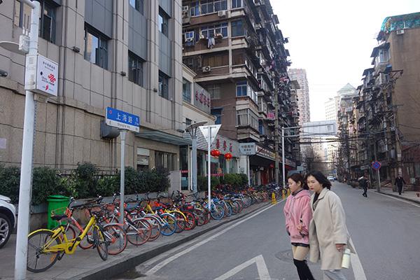 上海路的两边,大多是一些老房子。.jpg
