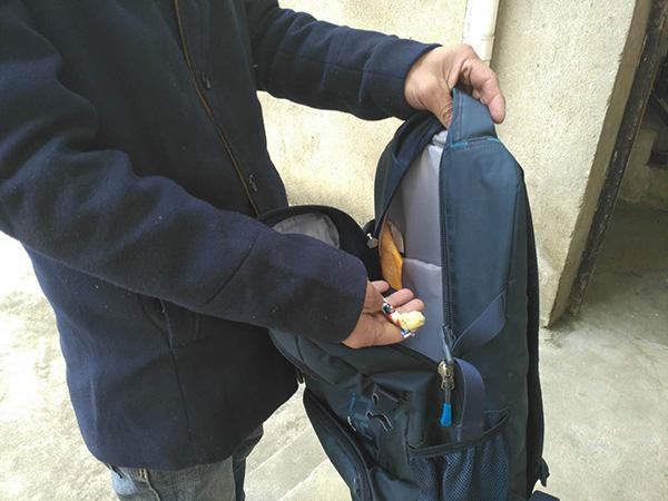罗正宇的蓝色背包,只剩下一块钱和一颗大白兔奶糖。.jpg