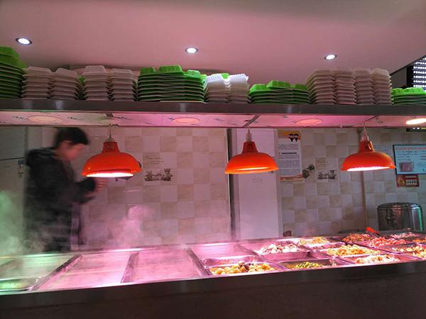 罗正宇经常去的炸酱面馆,中午和晚上有盒饭吃。.jpg