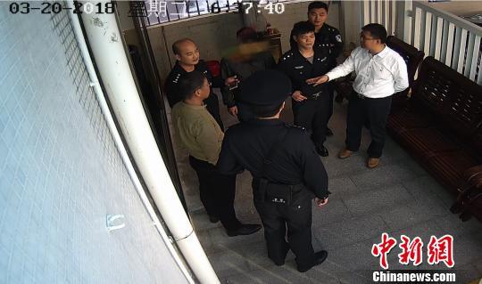 广东汕尾一在逃嫌犯法庭旁听哥哥受审被当场抓获