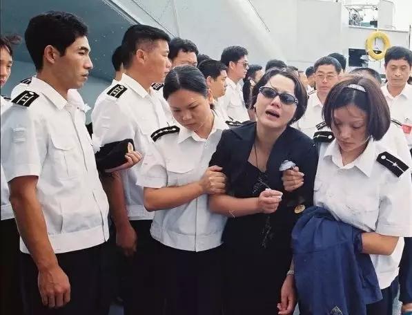 王伟烈士妻子发文祭奠等你回家 儿子成海军军官