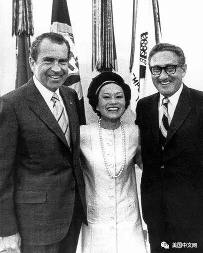 陈香梅与尼克松(左)、基辛格(右).jpg