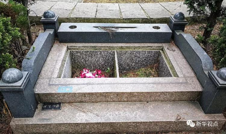 """2018年4月2日 ,贵州省贵阳市清镇(县级)市红枫艺术陵园的一处标注""""已售""""的墓穴。新华社记者陶亮 摄"""