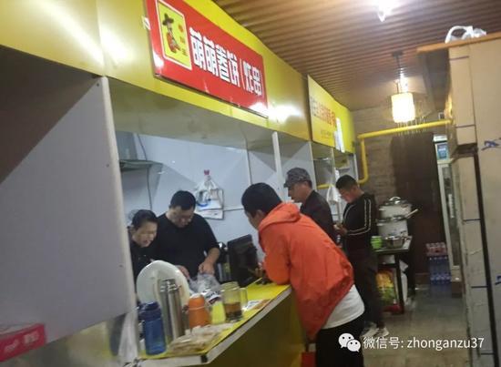 """▲丰台区安乐林路8号""""蒲黄美食""""内,狭窄的通道里林立多家格子小饭店,每个小隔断就是一家,主要供外卖。  新京报记者 大路 摄"""