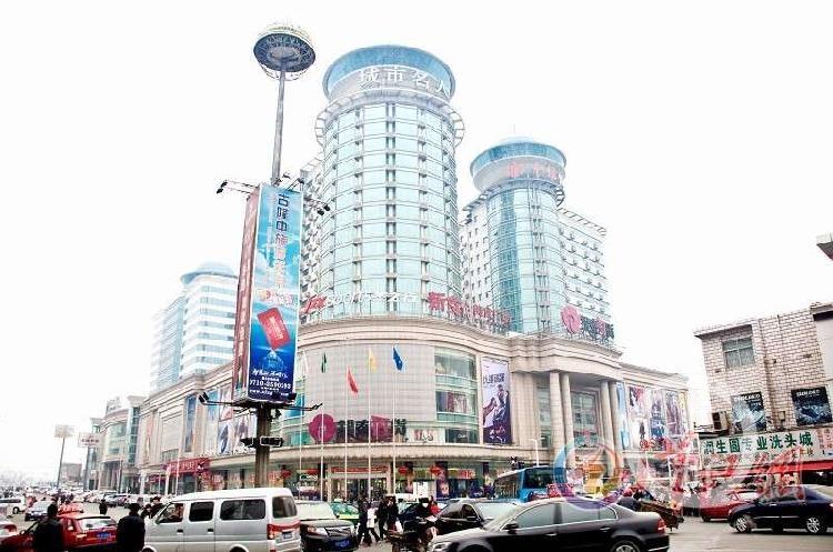 湖北襄阳闹市区张开放旗下的开放广场.jpg