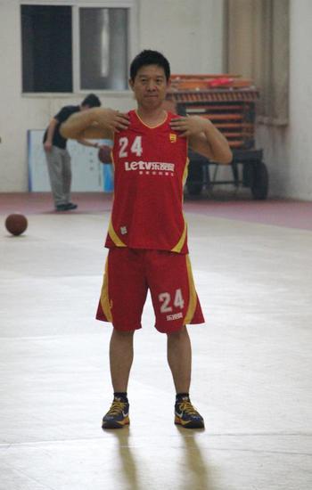 身披24号球衣的贾跃亭 受访者供图。来源:21Tech(ID:News-21)