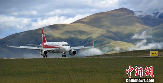首航的3U8013航班稳稳降落在甘孜格萨尔机场跑道。 刘忠俊 摄