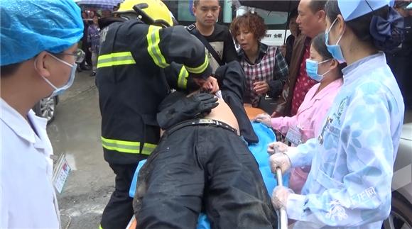 5脱困之后,男子被送往医院接受治疗。合川消防供图  华龙网发.jpg