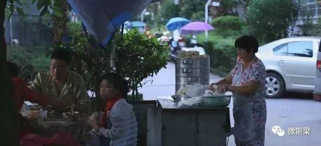 """铜梁""""诚信夫妇""""四年做50万个包子替儿还债"""