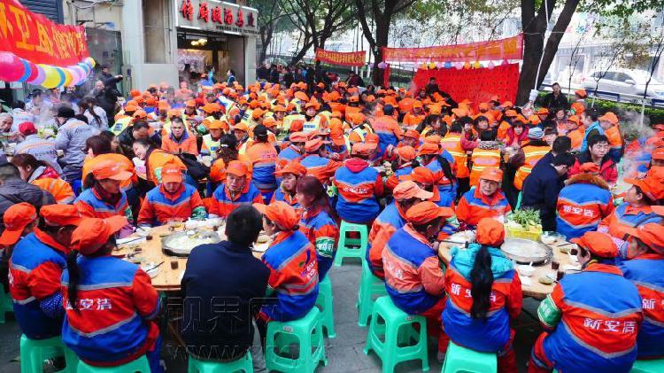 重庆男子请500名环卫工人吃羊肉汤锅坚持