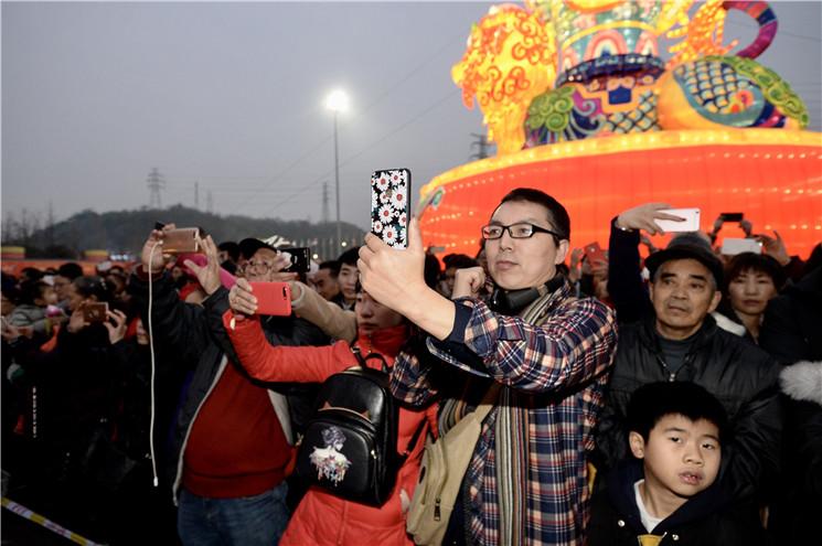 开幕式现场吸引众多游客拍照.jpg