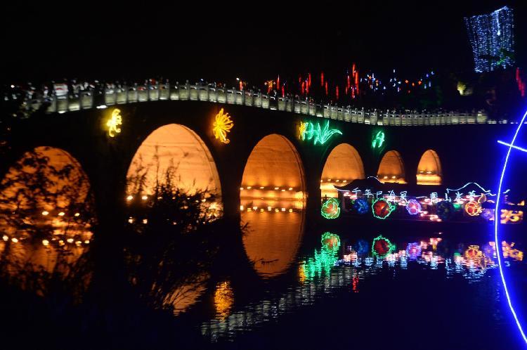 桥下的湖面风光_meitu_1.jpg