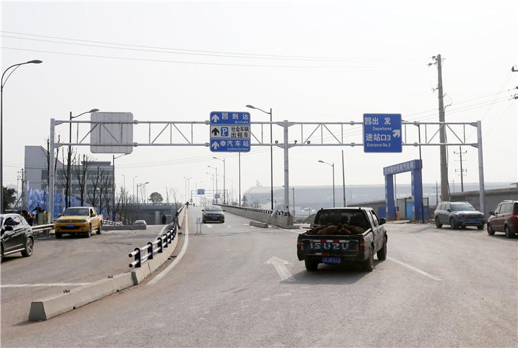 经凤中路、清水溪跨线桥、清水溪路进入重庆西站区域。之后道路一分为三,可以选择出站、前往进站口3、车库以及长途汽车站。.jpg