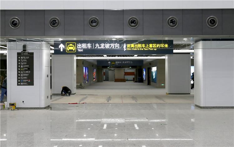 在出站大厅内,有专门的出口可到出租车等候区。.jpg