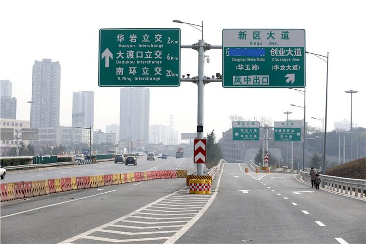 在距离西环互通约800米处为新建的凤中下道口,可以进入重庆西站南循环道,到达进站口2和车库。 (2).jpg