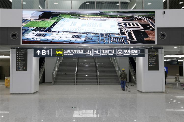 在出站大厅内,有专门的出口可到公共汽车站。.jpg