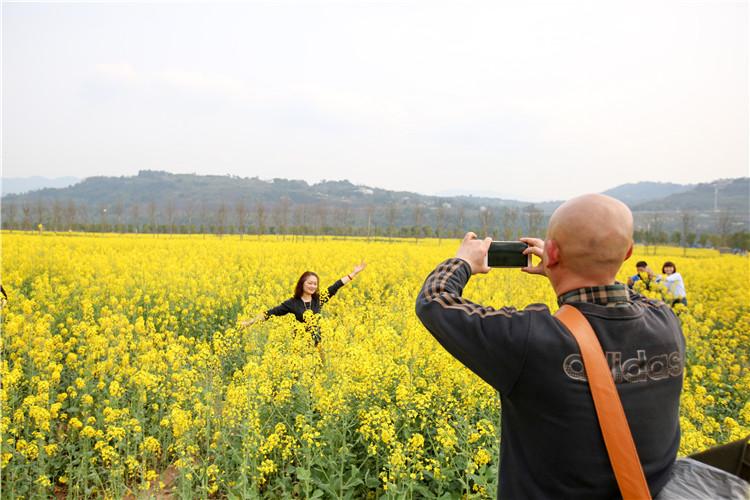 市民开心的在花海中拍照.jpg