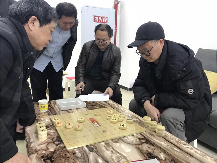 两位老人进行象棋比赛.JPG