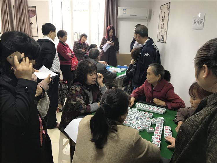 老人们在打麻将分胜负.JPG