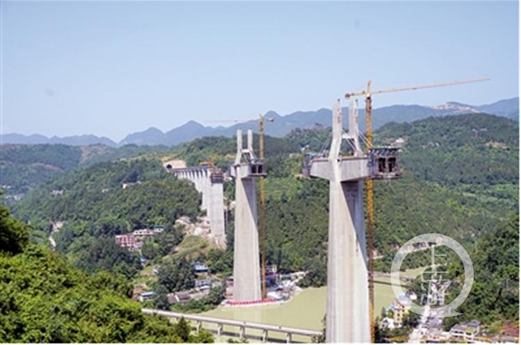 黔张常铁路阿蓬江特大桥开始挂索,预计明年2月合龙