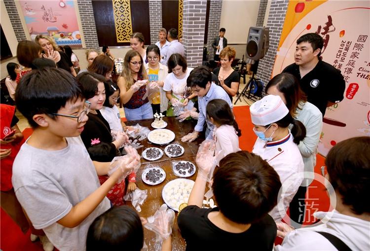 """重庆:做月饼、品茶艺、点河灯……9个国家40多位""""洋邻居""""社区过中秋"""