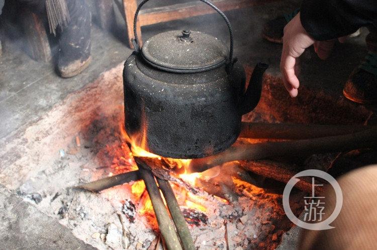 天冷烤个火!女子小餐馆烤火一氧化碳中毒 晕倒在厕所