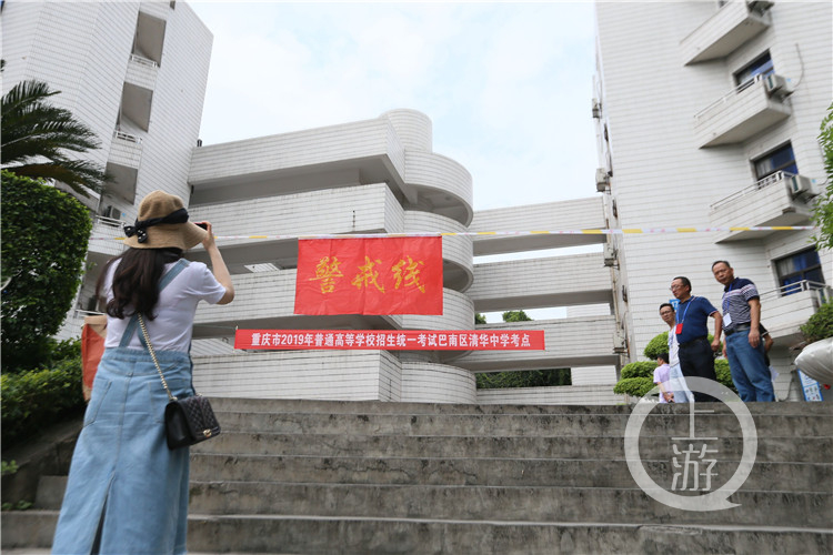 """明天高考,重庆市18万考生进行""""考场""""踩点"""