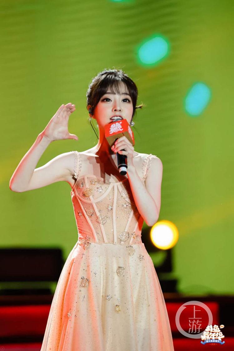 冯提莫亮相2019斗鱼直播节人气爆棚 8月回重庆开个唱