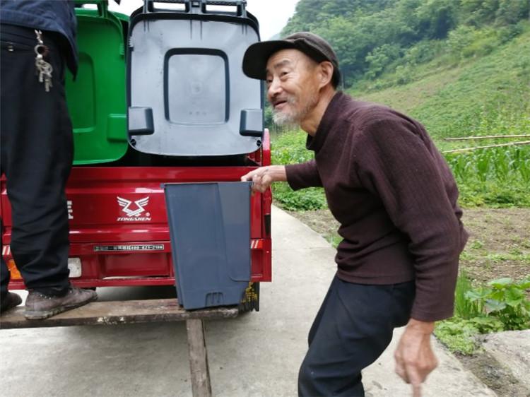 村民参与垃圾分类.jpg