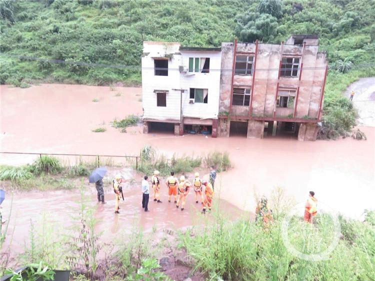 大雨突袭三人被困危房 消防紧急救援脱险