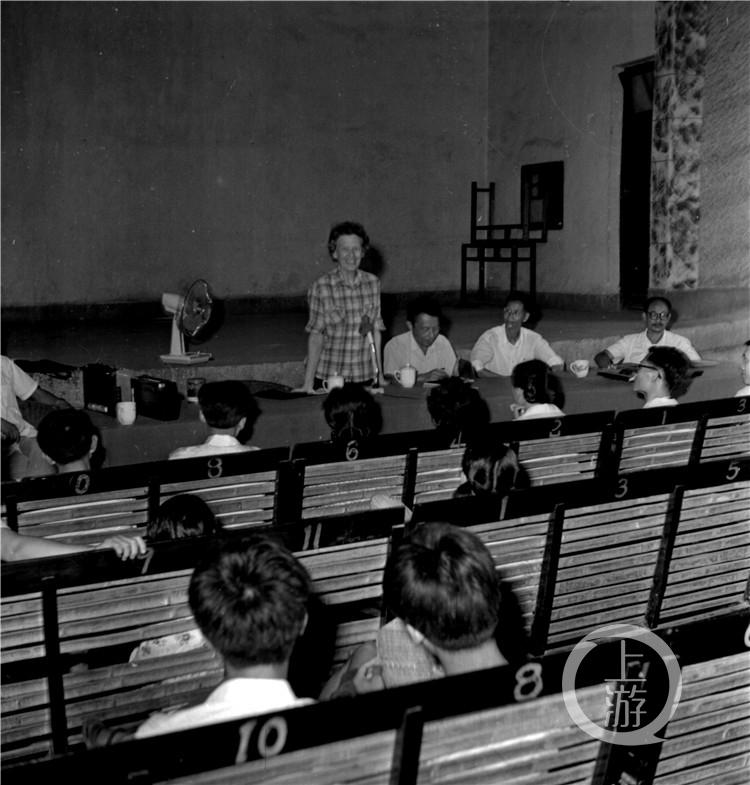 1981年,伊莎白重返璧山作社会调查,参加座谈会。(谷海才摄,重庆市璧山区档案馆提供).jpg