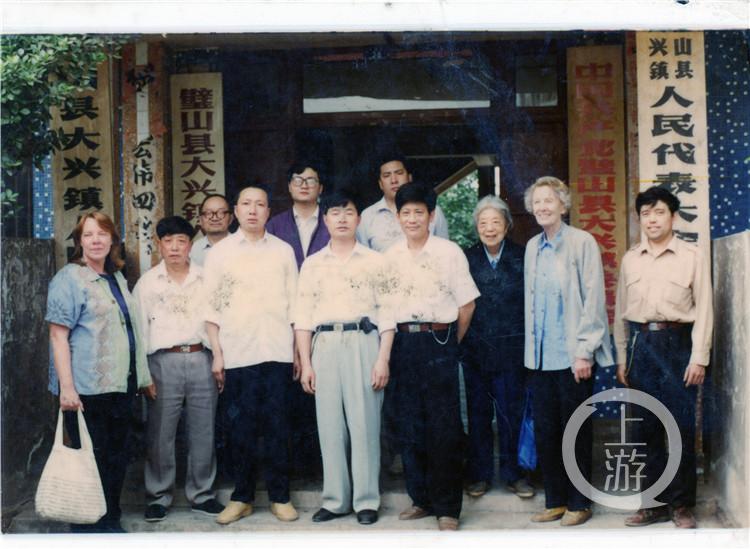 1997年5月,伊莎白(右二)在璧山县大兴镇调查,与大兴镇工作人员合影.jpg