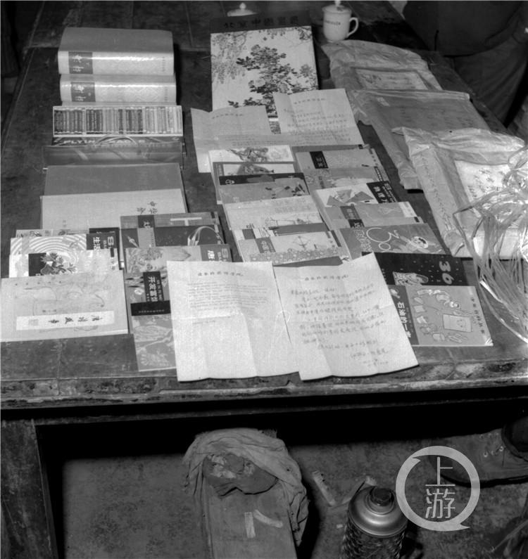1981年,伊莎白向璧山县大兴公社(原兴隆场)捐赠的部分图书(谷海才摄,重庆市璧山区档案馆提供).jpg