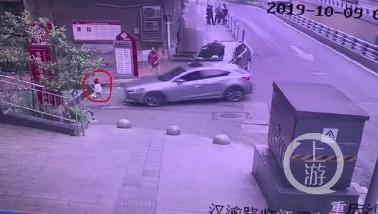 小轿车进车库不减速 撞倒3岁小孩