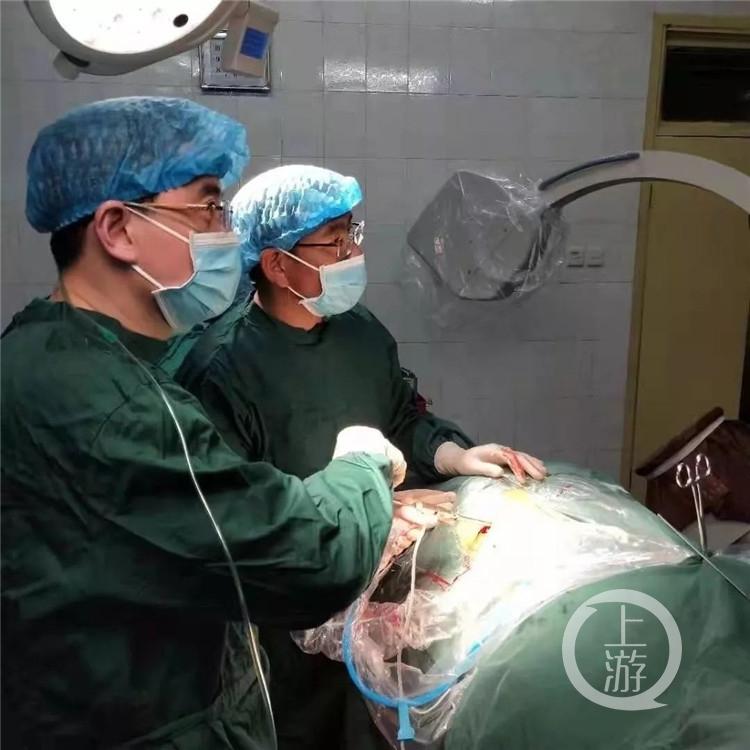 边吸氧边为高原边防战士做手术 这位重庆医生刷爆朋友圈