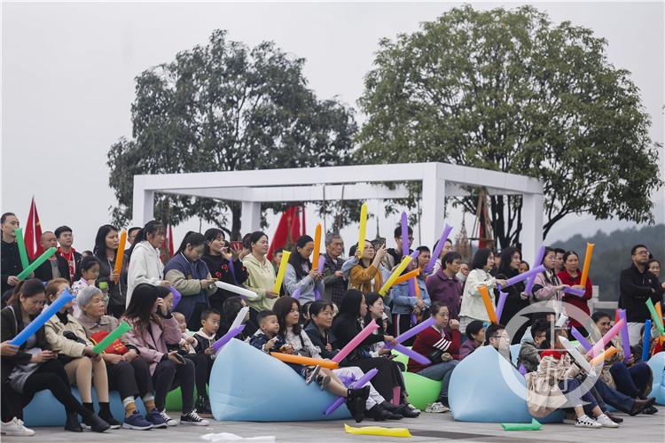 铁山坪天然氧吧中的音乐节,吸引了大量市民前往享受悠闲周末.jpg铁山坪天然氧吧中的音乐节,吸引了大量市民前往享受悠闲周末[1]_副本.jpg