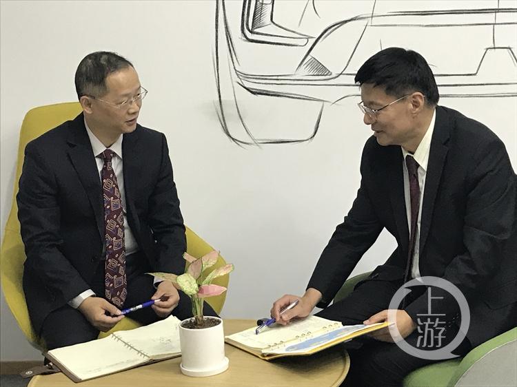 陈渝祺(左)和高继勇(右)在一起讨论汽车(3635537)-20191104190742_副本.jpg