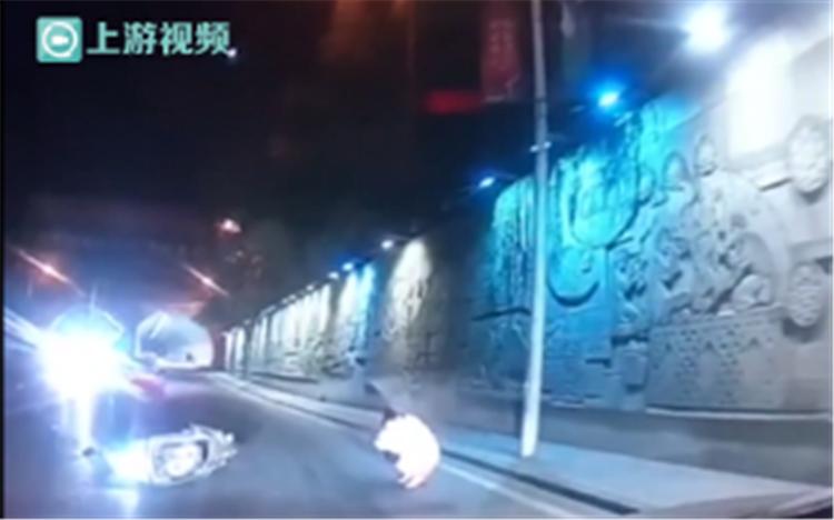 女子深夜在马路上抱头哭泣 行车记录仪记下接下来暖心一幕