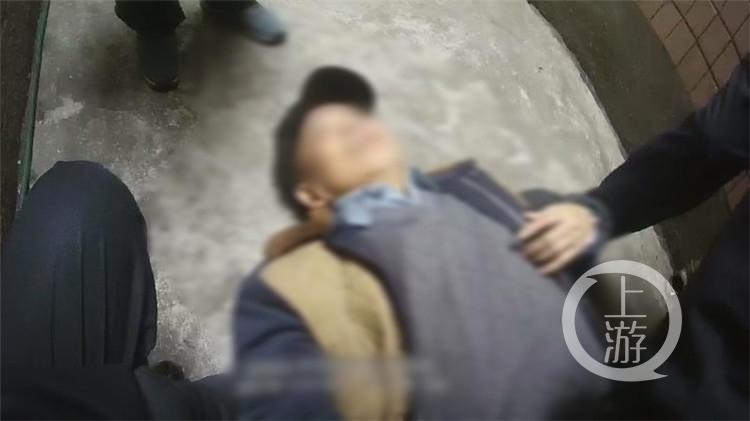 68岁老人醉倒路边呼呼大睡:我没喝酒 没喝醉